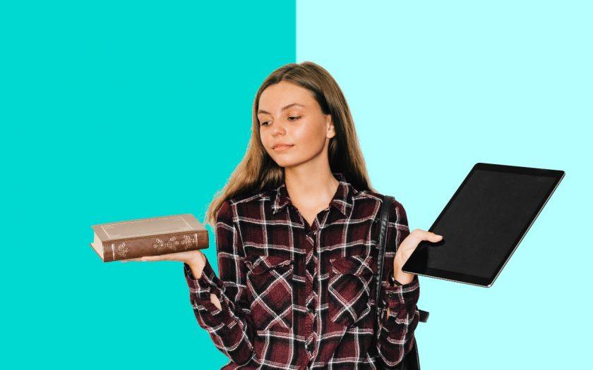 meisje houd boek en tablet vast